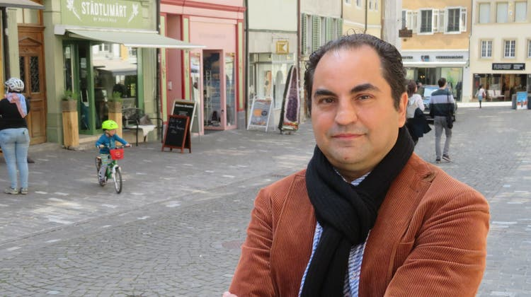 Der Bremgarter Vincenzo Scilingo wohnt in der Altstadt mit Blick auf die Marktgasse und den Städtlimärt(im Hintergrund). (Bild: Marc Ribolla)