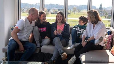 Familie Dierbach (von links: Nicki, Ella, Eric und Pascaline) kümmerte sich um YaelAeberhard (Mitte), während alle fünf sich von Corona erholten. (Bild: Maria Schmid (Steinhausen, 20. April 2021))