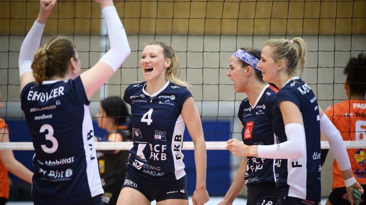 Méline Pierret (mit der Nummer 4) jubelt in der nächsten Saison für Sm'Aesch. (Laurent Gillieron / KEYSTONE)