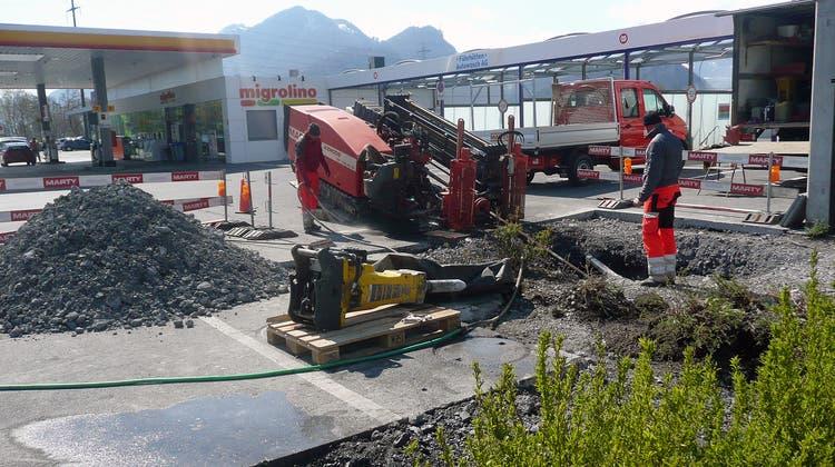 Die Leitung für die neue «E-Tankstelle» in Trübbach wird mittels Horizontalspülbohrtechnik gelegt. (Marty-Gruppe)