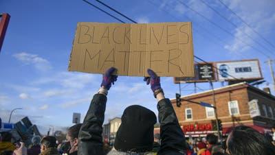 In Minnesota wird das Urteil gegen Chauvin von Aktivisten gefeiert. (Bild: Craig Lassig / EPA)
