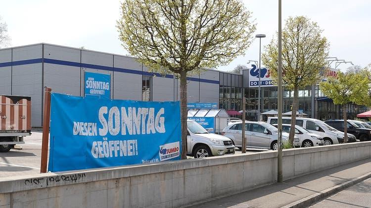 Die Jumbo-Filiale in Allschwil wirbt mit grossen Plakaten für den verkaufsoffenen Sonntag – die Jumbo-Filiale in Prattelnhingegen wird geschlossen sein. (Kenneth Nars)