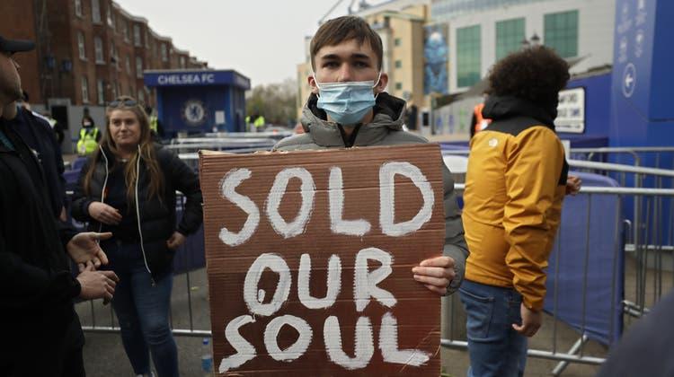 Ein Chelsea-Fan mit einem Protestplakat gegen die Super League. (Matt Dunham / AP)