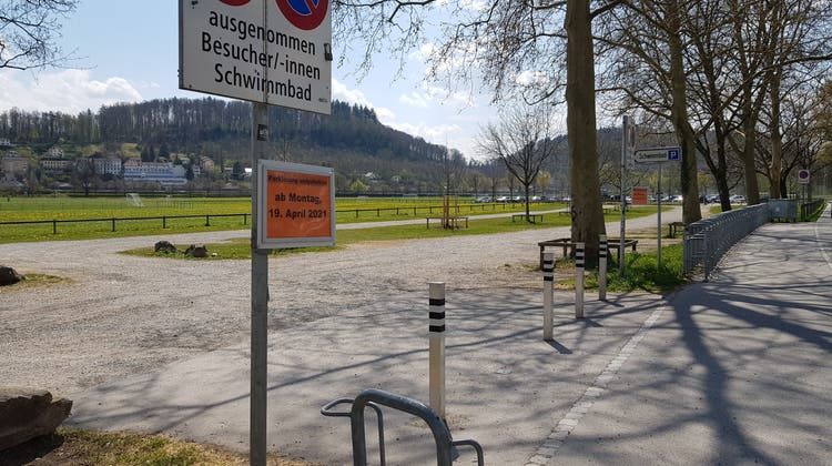 Der Parkplatz bei der Badi im Aarauer Schachen ist seit Montag gesperrt. (Nadja Rohner)