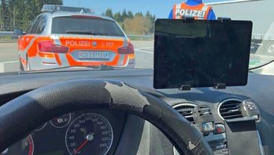 Das Tablet behinderte die Sicht des Fahrers. (Bild: Luzerner Polizei (Emmenbrücke, 20. April 2021))