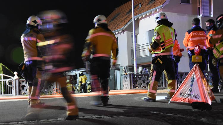Nebst mehreren Patrouillen der Kantonspolizei St.Gallen stand die örtliche Feuerwehr mit 20 Angehörigen im Einsatz. (Bild: kapo/sg)