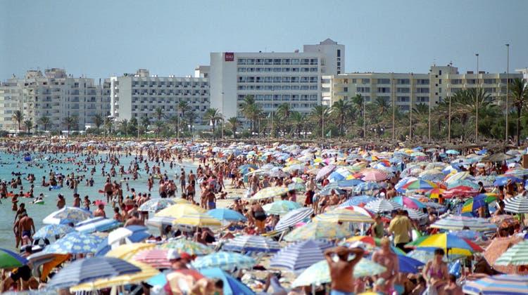 Die Rückkehr der Touristen an spanische Meeresstrände wird für viele Firmen zu spät kommen, glauben Ökonomen der Bank of America. (Keystone)
