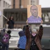 Feiert das Urteil: Eine Demonstrantin mit George-Floyd-Plakat in Minneapolis. (Morry Gash / AP)