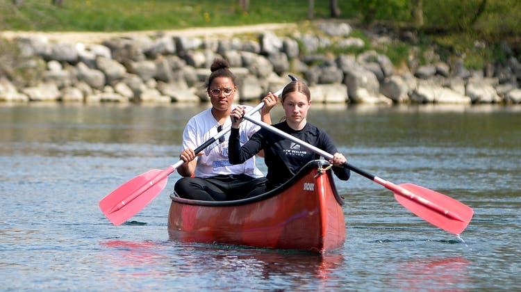 Ada Jael Ojukwu und Nora Scartazzini paddeln für einen guten Zweck auf der Aare. (Hans Peter Schläfli)