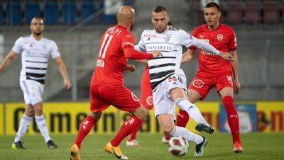 Der einzige Basler Torschütze, Pajtim Kasami, im Duell um den Ball. (Freshfocus)