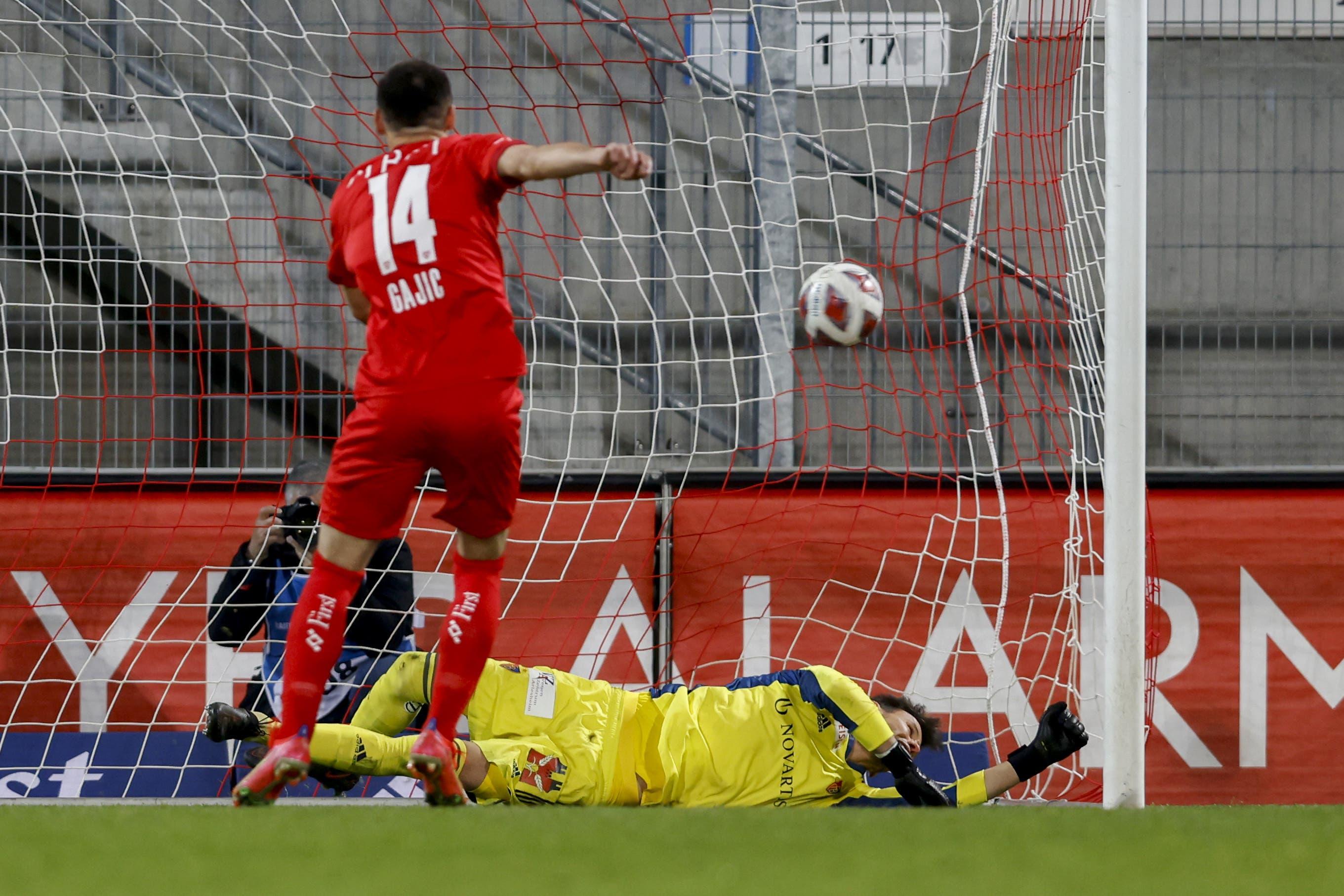 Gegen den Penalty von Milan Gajic hat Heinz Lindner keine Chance.