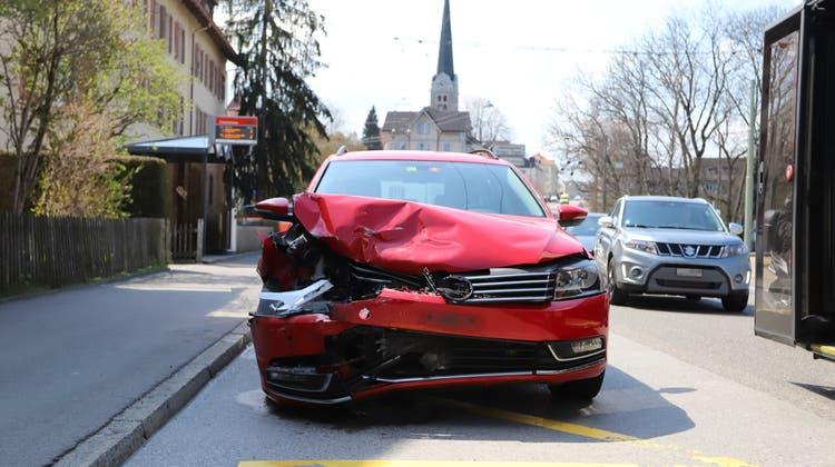 Das Auto des nachfolgenden Lenkers: Beide Fahrzeuge musste abgeschleppt werden. (Bild: Stapo SG)