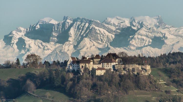 Lenzburg - Schloss vor den Glarner Alpen - Kamerastandort Auenstein (Hansulrich Rey)