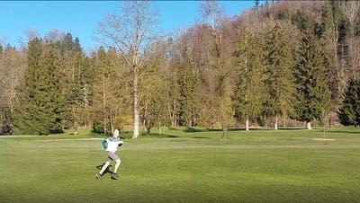 Jürg Randegger trainiert auf dem Golfplatz für seinen Weltrekordversuch: 250 Löcher in zwölf Stunden. (Bild: PD)