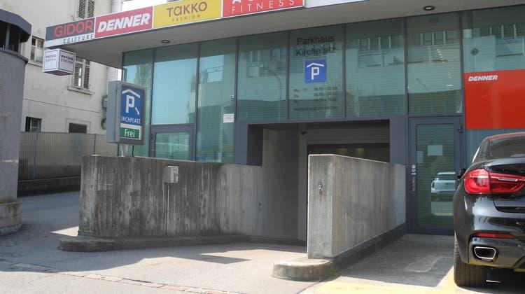 Einfahrt zur Tiefgarage Kirchplatz: In einer ersten Testphase sollen die Ein- und Ausgänge einiger Parkhäuser erfasst werden. (Ruedi Burkart)