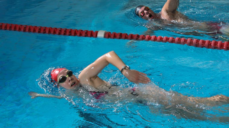 Bleibt nur in einer Handvoll Hallenbäder möglich: ungestörtes Längenschwimmen. (Bild: CH-Media-Archiv)