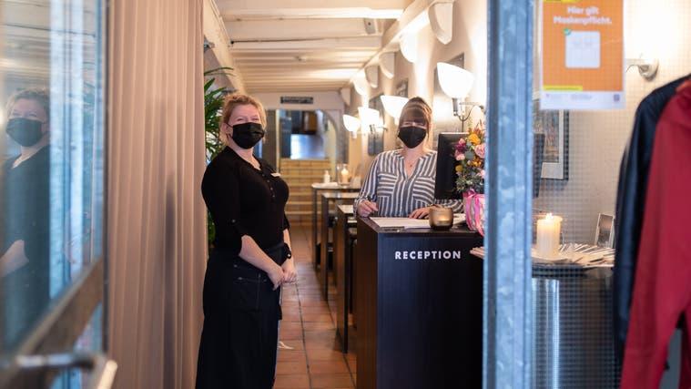 Restaurant Hotel Baseltor: Lehrlinge führen den Take-Away-Betrieb. (Tom Ulrich)