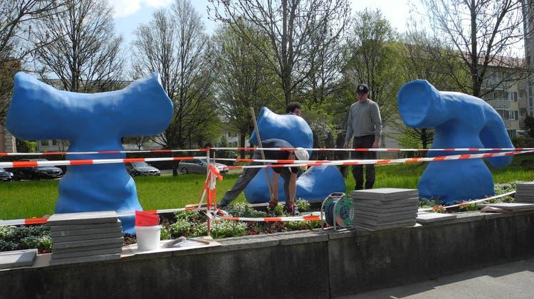 Mitarbeiter des Kunstbetriebs Basel installierten die Figuren an der Bahnhofstrasse. (at.)