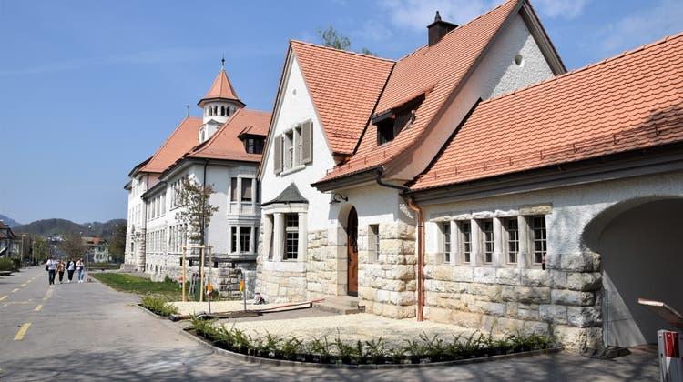 Das Stapferhüsli ist das Bindeglied zwischen Stapferschulhaus (hinten) und Altstadt. (Bild: mhu (22. April 2021))
