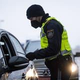 Grenzkontrolle unter Pandemiebedingungen in Lustenau. (Bild: Keystone/Gian Ehrenzeller)