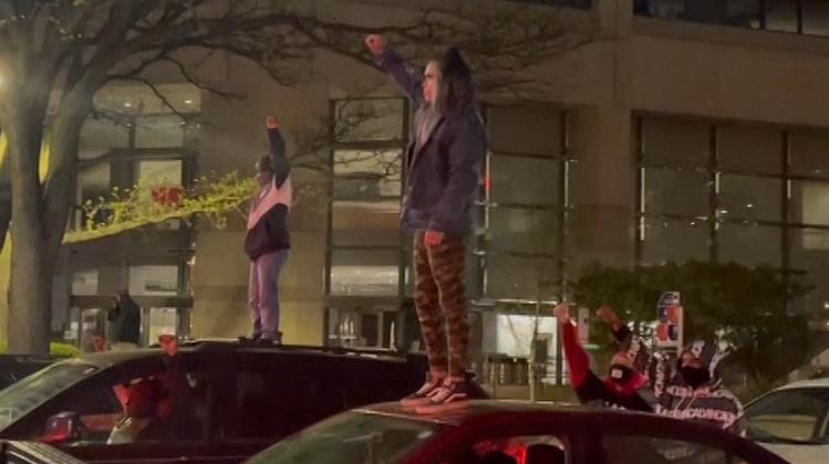 Demonstrierende blockieren eine Kreuzung, nachdem ein Sheriff den AfroamerikanerAndrew Brown Junior bei einer Durchsuchung erschossen hat. (Gerry Broome / AP)