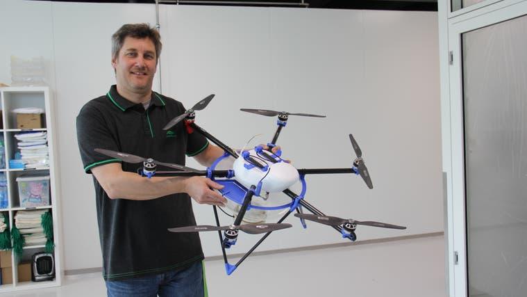Mit der Drohne werden Wespeneier über den Feldern versprüht. (zVg)