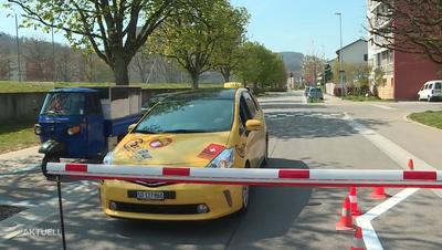 Verwirrte Autofahrer haben wenig Verständnis für die Umwege, die sie nun in Kauf nehmen müssen. (TeleM1)