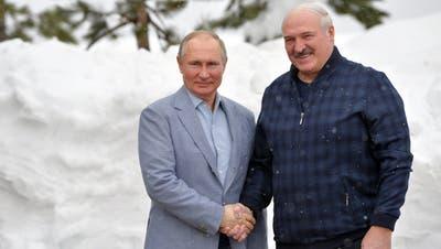 Putin (l) und Lukaschenko. (Bild: A. Druzhinin/EPA (Sochi, 22. Februar 2021))