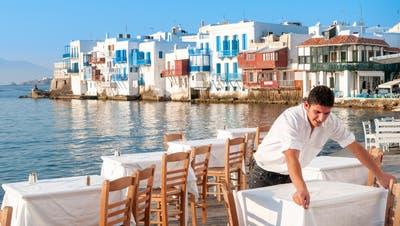 Wenn man schon nicht dahin reisen kann, dann sollte man sich Griechenland zumindest mal auf den Teller holen. Es schmeckt köstlich. (Alamy)
