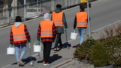 In Sulgen mittlerweile ein gewohntes Bild: Asylsuchende sammeln entlang der Poststrasse Abfälle ein. (Bild: Georg Stelzner (Sulgen, April 2021))