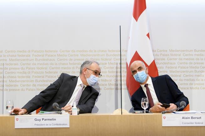 «Sieht er denn aus wie ein Diktator?» Bundespräsident Guy Parmelin (links) nahm seinen Bundesrats-Kollegen Alain Berset charmant in Schutz gegen die Angriffe der SVP.
