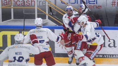 Rapperswil-Jona bejubelt Gian-Marco Wetters (3. von rechts) goldenen Treffer in der 97. Minute, kurz vor Ablauf der zweiten Verlängerung. (Bild: Alessandro Crinari / Keystone)