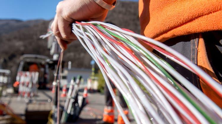 Nicht überall in der Schweiz sind schnelle Glasfaserleitungen verbaut. (Bild: Carlo Reguzzi/Keystone)