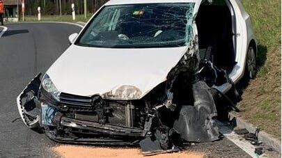 Das Auto war nur noch ein Wrack nach der Kollision mit dem Lastwagen eines 40-Jährigen Chauffeurs. (Oberlin Stefan/ Kantonspolizei Zürich)