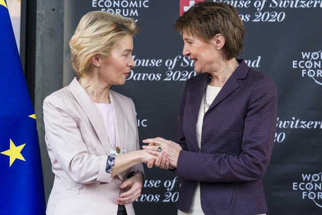 Die damalige Bundespräsidentin Simonetta Sommaruga begrüsst im Januar 2020 am WEF in Davos EU-Kommissionspräsidentin Ursula von der Leyen.