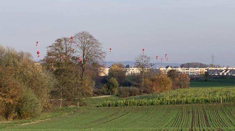 Hier in  Würenlos ist die Deponie Steindler geplant. Die Ballone zeigen an, wie hoch die Erde gemäss Planungsbericht hätte aufgefüllt werden sollen. (zvg)