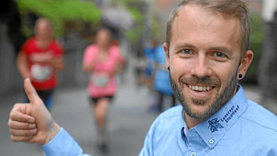 Der Daumen von Geschäftsführer Andreas Grüter zeigt auch beim virtuellen Stadtlauf nach oben. (Andy Mettler (Luzerner Stadtlauf 2018), Swiss Image)