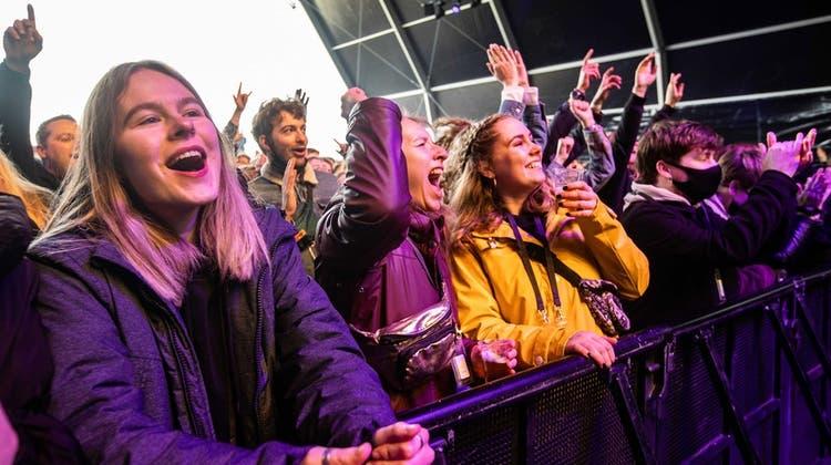 Besucherinnen während eines Pilot-Festivals in Holland Mitte März 2021. (Keystone)