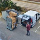 Kunden von My Paketshop in Bad Säckingen holten nach der Wiederöffnung der Grenze für Geimpfte Pakete mit dem Transporter ab. (zvg)