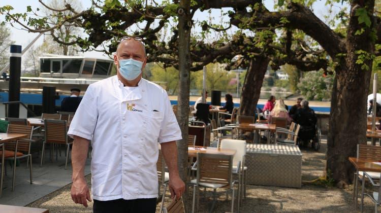 Richard Graf, Inhaber und Geschäftsführer des gleichnamigen Cafés, freut sich, die Gäste wieder auf der Terrasse am Rheinufer in Rheinfelden begrüssen zu dürfen. (Bild: Dennis Kalt)