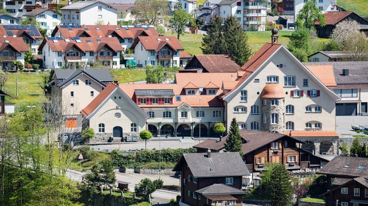 Für die Beheizung der gemeindeeigenen Liegenschaften – hier dasKnabenschulhaus–will die Gemeinde mit EWA – Energie Uri zusammenarbeiten. (Bild: Valentin Luthiger)
