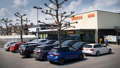 Die Parkplätze vor der Migros Gossau befinden sich seit einigen Jahren in der Erweiterten Blauen Zone. (Bild: Ralph Ribi)