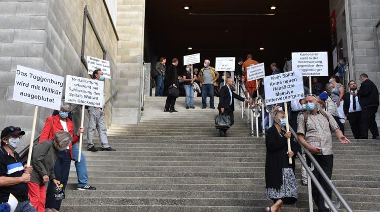 Vor der Session des St.Galler Kantonsparlaments: Protest gegen die Schliessung des Spitals Wattwil. (Bild: Ruben Schönenberger (St.Gallen, 16. September 2020))