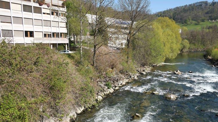 Am linken Birsufer in Duggingen führt derzeit kein durchgehender Weg dem Wasser entlang. (Kenneth Nars)