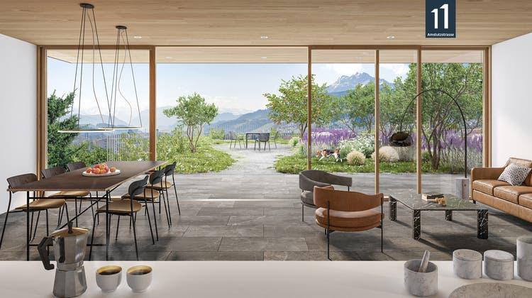 Blick von der offenen Wohnküche hinaus auf die grosse, parkähnliche Terrasse. Alle drei Maisonette-Wohnungen bieten diesen eindrücklichen, fliessenden Übergang vom Innen- in den Aussenbereich.