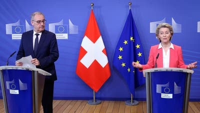 EU-Kommissionspräsidentin Ursula von der Leyen begrüsst Bundespräsident Guy Parmelin in Brüssel. (Bild: EPA/Keystone (Brüssel, 23. April 2021))
