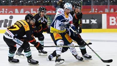 23.04.2021; Bern; Eishockey National League Playoff 1/4 Final - SC Bern - EV Zug; Jerome Bachofner (m, Zug) gegen Simon Sterchi (Bern) Mika Henauer (Bern) Ramon Untersander (Bern) (Urs Lindt/freshfocus) (Urs Lindt / freshfocus)