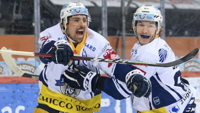 Sportchefin Florence Schelling und SCB-CEO Marc Lüthi (rechts) ehren Beat Gerber. (Bild: Anthony Anex / Keystone)