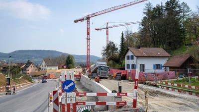 Die Strassenbauarbeiten am Knoten Zurziberg dauern noch bis Ende August. (Alex Spichale)