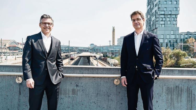 Als Schwesterbanken wollen sich BLKB-Chef John Häfelfinger (links) und BKB-Chef Basil Heeb nicht allzu sehr auf die Füsse treten. (Bild: Roland Schmid)